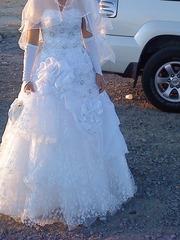Продам красивое свадебное платье белого цвета.Произ-во-Россия, размер44